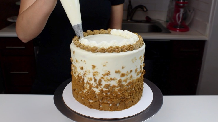 piping boarder on cookie butter cake